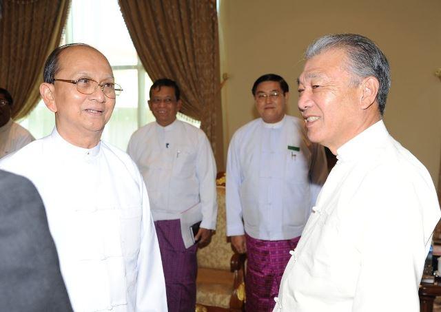 テインセイン大統領(左)と談笑する笹川氏