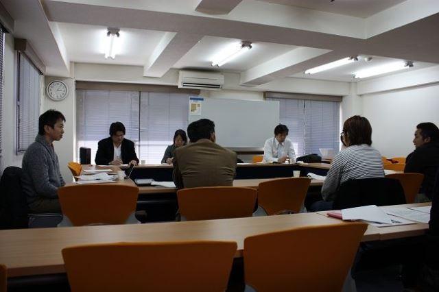 円卓会議で議論する参加者。一番左がベクミルの高松社長。その右が五十嵐さん。流通業者、消費者、農家がそれぞれの立場から意見を交わす。