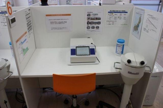 高精度NaIシンチレーション検出器を搭載したγ(ガンマ)線スペクトルメータLB2045。より高精度の測定と、核種の判別が可能。(両機種ともベクミル柏店にて撮影)