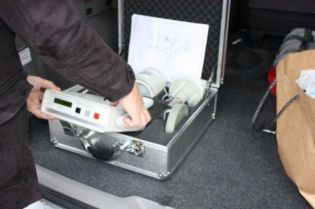 1. LB200を農場脇に停めた車の荷台に設置。単一電池で駆動可能など、携行用としても開発されているとはいえ、鉛の遮蔽板を含む機器の重量はそれなりのものだ。