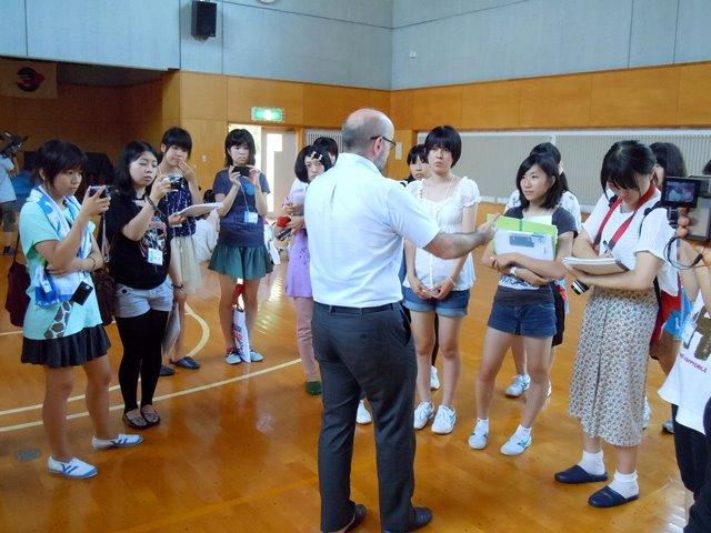 取材対象者を囲んでのインタビューも体験(左端が岡田さん)