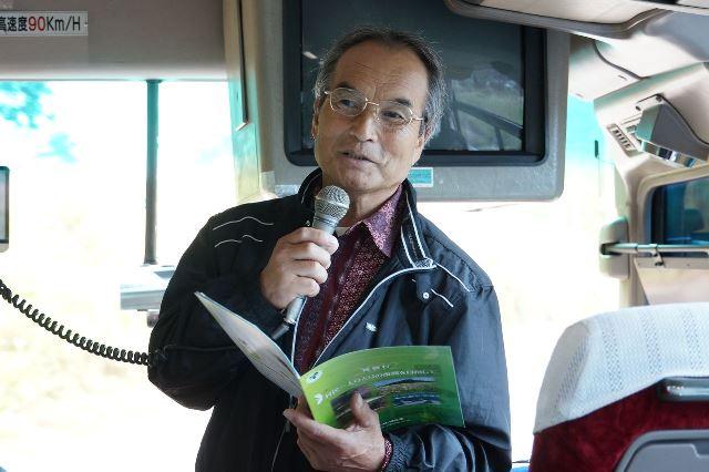 バスの中で震災後の飯舘村の様子を説明する渡辺守男さん
