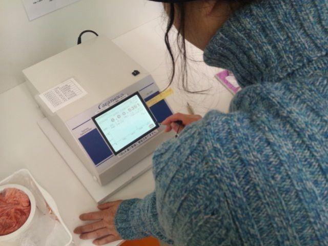 9. ミキサーで粉砕した検体をベクミル店内のLB2045で測定。結果はいずれも規定の検出限界値(20Bq/kg)以下だった。