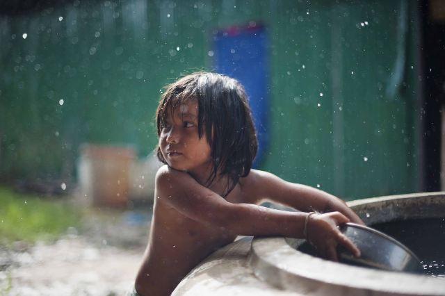 水道がないため、雨水を溜め、飲み水や生活用水として使っている